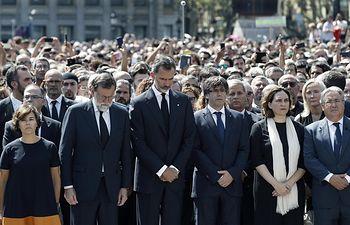 Su Majestad el Rey, el presidente del Gobierno, el presidente de la Generalitat de Cataluña, la vicepresidenta del Gobierno y ministra de la Presidencia, la alcaldesa de Barcelona y el ministro del Interior, junto a autoridades y ciudadanos