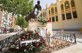 La ciudadadanía rinde homenaje al torero Dámaso González llevando flores a su estatua de la Plaza de Toros de Albacete