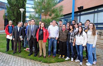 Los participantes en el jardín de la ETSIA