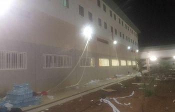 Este es el estado que ayer noche presentaban las instalaciones penitenciarias de Archidona, donde se ha recluido a 500 migrantes recién llegados a nuestras costas