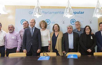 Silvia Valmaña y la portavoz de Medio Ambiente del GPP en el Congreso de los Diputados con los miembros de la Asociación de Municipios Ribereños