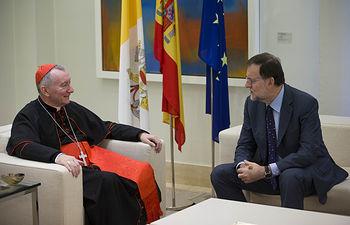 El presidente del Gobierno en funciones, Mariano Rajoy, conversa con el secretario de Estado de la Santa Sede, Pietro Parolin, a quien ha recibido en el Palacio de La Moncloa. Pool Moncloa / Diego Crespo