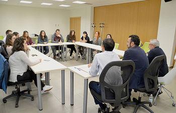 Reunión con los jóvenes becados este curso para completar un curso de inglés en Irlanda. Fotografía: Álvaro Díaz Villamil / Ayuntamiento de Azuqueca