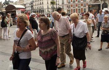 Foto de pensionistas paseando (Ministerio)