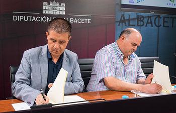 Santiago Cabañero, presidente de la Diputación de Albacete, junto a Juan Sánchez, presidente de la APEHT.