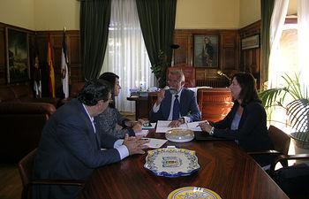 Reunión mantenida entre la presidenta provincial de la organización, Blanca Corroto y el alcalde de Talavera de la Reina, Jaime Ramos.