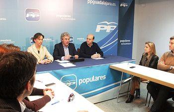 Leandro Esteban durante la reunión de la mesa sectorial de Hacienda del PP de Guadalajara.