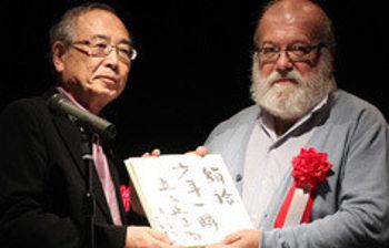 El profesor Elías Rovira recogiendo el premio