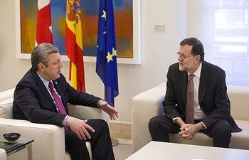 El presidente del Gobierno, Mariano Rajoy, conversa con el primer ministro de Georgia, Giorgi Kvirikashvili durante su reunión en La Moncloa.
