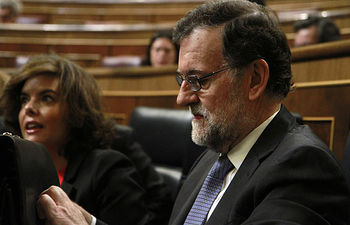 El presidente del Gobierno, Mariano Rajoy, y la vicepresidenta, Soraya Saénz de Santamaría, al inicio de sesión plenaria celebrada para informarar del último Consejo Europeo.