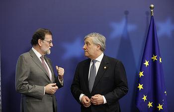 El presidente del Gobierno, Mariano Rajoy, junto al presidente del Parlamento Europeo, Antonio Tajani, durante la ceremonia de entrega de la dotación económica del Premio Princesa de Asturias a la Concordia 2017 a las víctimas de los incendios acaecidos en España y Portugal.