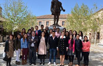 La vicerrectora y la embajadora con los alumnos mexicanos del Campus de Toledo.