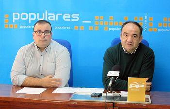 El alcalde de Villarrobledo y presidente local del PP, Valentín Bueno junto a el secretario local del PP, Bernardo Ortega