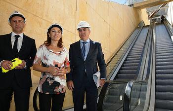Marta García comprueba la escalera mecánica del remonte Safont III. Foto: JCCM.