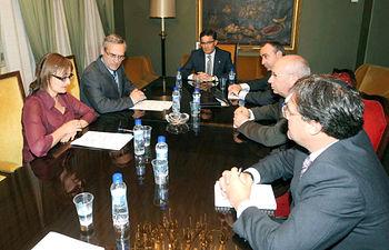 La consejera de Trabajo y Empleo, María Luz Rodríguez Fernández y el fiscal superior de Castilla-La Mancha, José Martínez Jiménez (2i), entre otros, durante la primera reunión de la Comisión Mixta de Seguimiento de Siniestralidad Laboral durante la reunión mantenida hoy en Albacete.