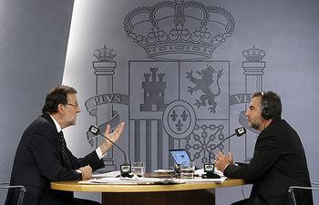 """El presidente del Gobierno, Mariano Rajoy, y el periodista a Carlos Alsina durante la entrevista en el programa """"Más de uno"""" de Onda Cero."""
