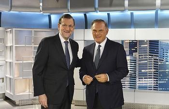 El presidente del Gobierno, Mariano Rajoy, durante la entrevista que Pedro Piqueras le hace en Telecinco. Imagen: Carlos Serrano (Mediaset España).
