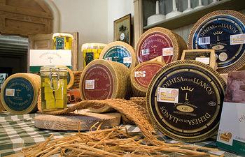 Por su enorme calidad, los quesos de Dehesa de Los Llanos constituyen la bandera de presentación de la Finca.