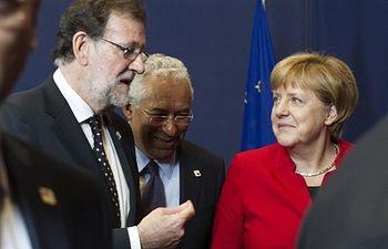 El presidente del Gobierno en funciones, Mariano Rajoy, conversa con la canciller alemana, Angela Merkel, junto al primer ministro de Portugal, António Costa, antes de posar para la foto de familia del Consejo Europeo.
