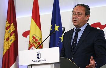 El consejero de Hacienda y Administraciones Públicas, durante la rueda de prensa de los Acuerdos del Consejo de Gobierno. Foto: JCCM.