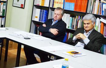 Jose Luis Gil y Juan Barreda durante el transcurso de una reunión