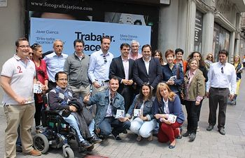 Francisco Núñez y la candidatura de Javier Cuenca, hoy en la mesa informativa instalada en el centro de Albacete.