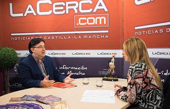 Santos Gabaldón, director de la Banda Sinfónica Municipal de Albacete, junto a la periodista Miriam Martínez durante la entrevista.