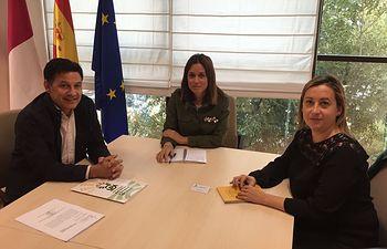 La directora general de Turismo, Comercio y Artesanía de la Junta de Comunidades de Castilla-La Mancha, Ana Isabel Fernández Samper, se ha reunido con Julián Morcillo, secretario general de UPA CLM, y Elena Escobar, secretaria de Programas de la organización agraria