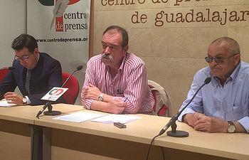 Javier García, presidente de ATICA (centro), Jaime Valladolid, abogado espero en caza (izquierda) y Luis Escudero, cazador.