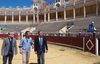 Mariscal visita las obras de la Plaza de Toros y comprueba el buen estado de ejecución