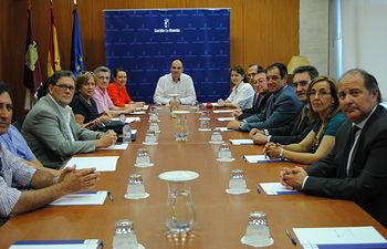 Alonso con la Mesa de Padres y Madres de CLM. Foto: JCCM.