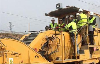 La ministra de Fomento, Ana Pastor, sobre una de las excavadoras que trabajan en la nueva construcción. (Foto Ministerio)