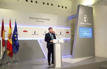 El portavoz del Gobierno regional, Nacho Hernando, informa de los acuerdos del Consejo de Gobierno, en el Palacio de Fuensalida. (Foto: Álvaro Ruiz // JCCM)