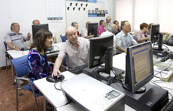 El programa de Mayores de Obra Social la Caixa fomenta también los conocimientos informáticos.