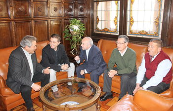 El presidente de la Diputación de Albacete, Santiago Cabañero, recibió a la directiva de la Junta de Cofradías de El Bonillo