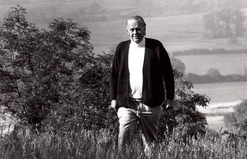 """Ernst Friedrich """"Fritz"""" Schumacher (16 de agosto de 1911 – 4 de septiembre de 1977) fue un intelectual y economista que tuvo una influencia a nivel internacional con un trasfondo profesional como estadístico y economista en Inglaterra."""