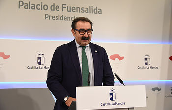El consejero de Sanidad, Jesús Fernández Sanz, informa en rueda de prensa de acuerdos relacionados con el Consejo de Gobierno.(Fotos: José Ramón Márquez//JCCM)