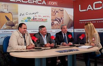 De izquierda a derecha, Julián Martínez, secretario general de UPA en Albacete, José Pérez Cuenca, presidente provincial de ASAJA en Albacete, Honorato León, presidente de ACOFAMA (Asociación Provincial de Concesionarios y Fabricantes de Maquinaria Agrícola de Albacete) y Miriam Martínez, periodista del Grupo Multimadia de Comunicación La Cerca.