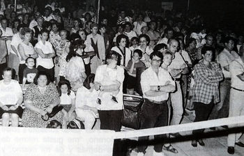 Imagen de una concentración celebrada en la plaza General Vives en señal de repulsa por el asesinato de Miguel Ángel Blanco, publicada en la revista AZUCAHICA de septiembre de 1997 (firma: Ayuntamiento de Azuqueca).