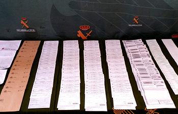 La Guardia Civil detiene a 25 personas e imputa a 20 más por falsificación de permisos de conducir, estafa, receptación y pertenencia a organización criminal.