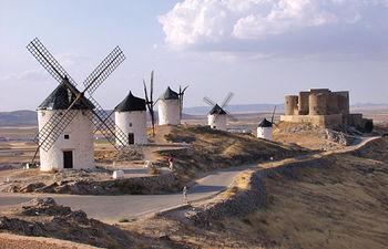 Vista de los molinos de Consuegra (Toledo) con el castillo al fondo.