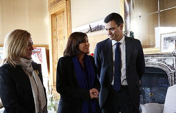 Pedro Sánchez junto a la alcaldesa de París, Anne Hidalgo.