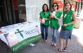 La AECC sale a las calles de Albacete para recordar que 'El sol puede dejar una huella imborrable en tu piel'