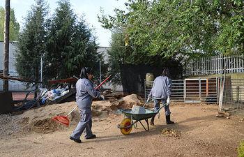 Dos traajadoras del Plan de Empleo, en las instalaciones del Aula del a Naturaleza. Fotografía: Álvaro Díaz Villamil/ Ayuntamiento de Azuqueca de Henares