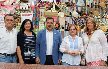 Manuel Serrano visita la Tómbola de Cáritas.
