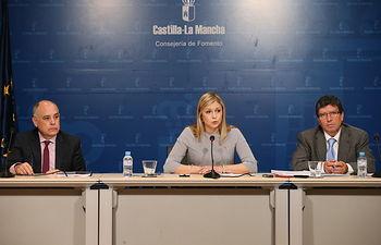 La consejera de Fomento, Elena de la Cruz, el director general de Carreteras y Transportes, David Merino, y el director de la Agencia del Agua de Castilla-La Mancha, Antonio Luengo, en rueda de prensa. Foto: JCCM.