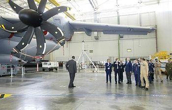 El ministro de Defensa en funciones, Pedro Morenés, visita la factoría de Airbus Military en Sevilla (Foto: Defensa)