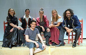 Alvar vielsa con equipo Artistico El Loco de Amor red.