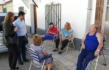 """Javier Cuenca durante su visita al barrio """"La Estrella"""""""