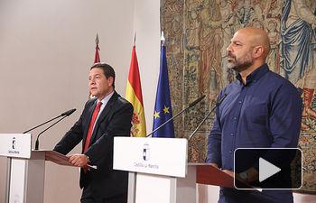 El presidente de Castilla-La Mancha, Emiliano García-Page, se reúne en el Palacio de Fuensalida en Toledo, con el secretario general de Podemos en la región, José García Molina. (Fotos: Ignacio López//JCCM)